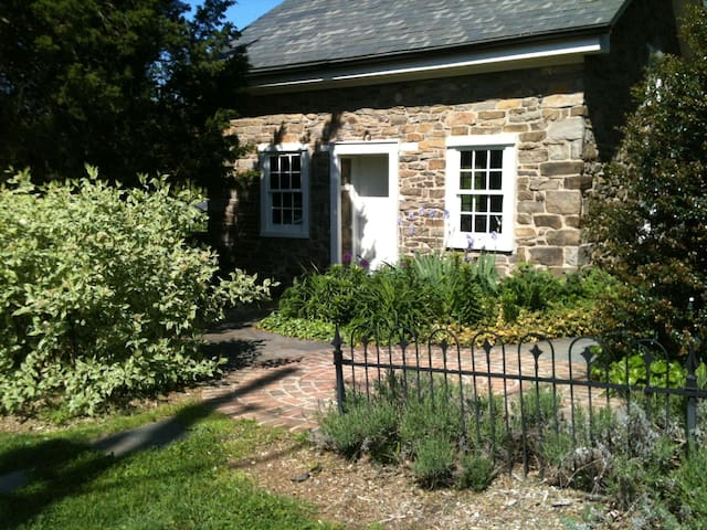 1700s Stone Guest House - Kempton - House