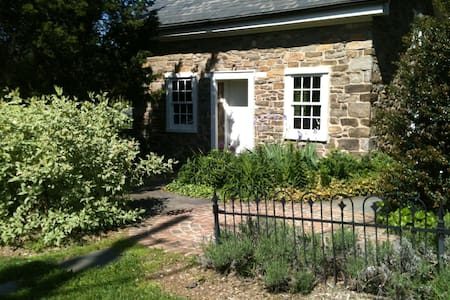 1700s Stone Guest House - Kempton