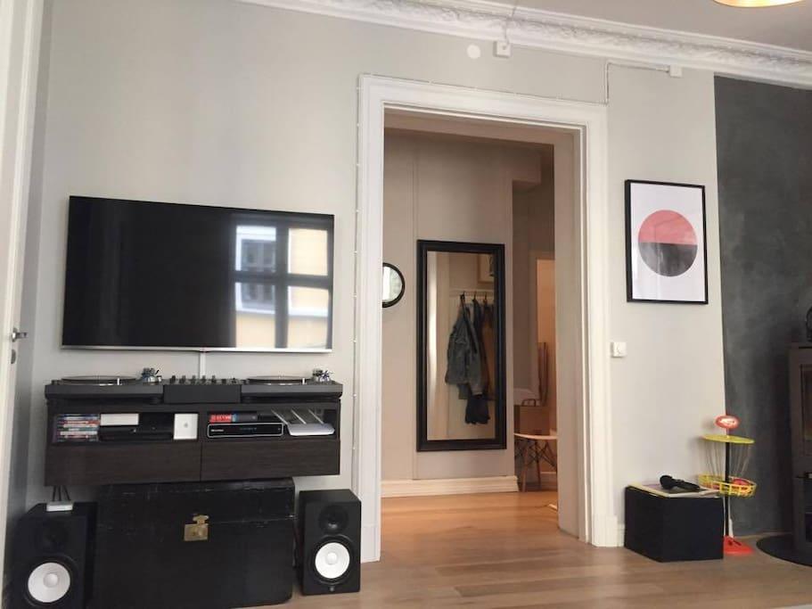 Livingroom Tv and Stereo/Vinylplayers