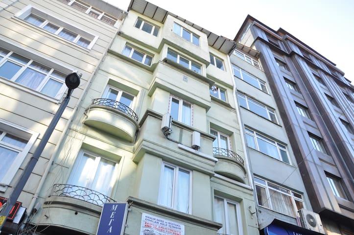 4 katlı bir binada hizmet veriyoruz. bu oda 2. katta.