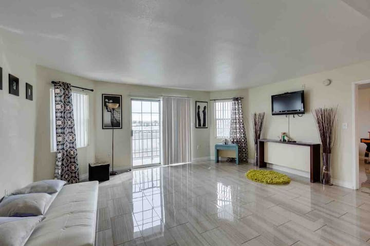 (C303D) 2b/2b, W/D, Balcony, Walk to LVCC!