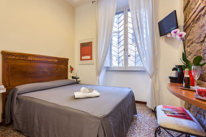 Single Room next to the Colosseo