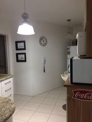 Cozinha completa, fogão, geladeira, forno, microondas, AirFryer, liquidificador, cafeteria, sanduicheira, copos, pratos, talheres...