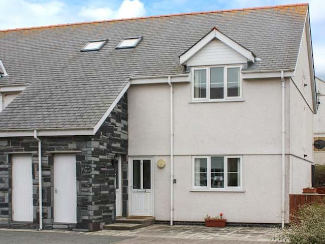 3 BRYN EGLWYS, pet friendly, with a garden in Rhosneigr, Ref 912715