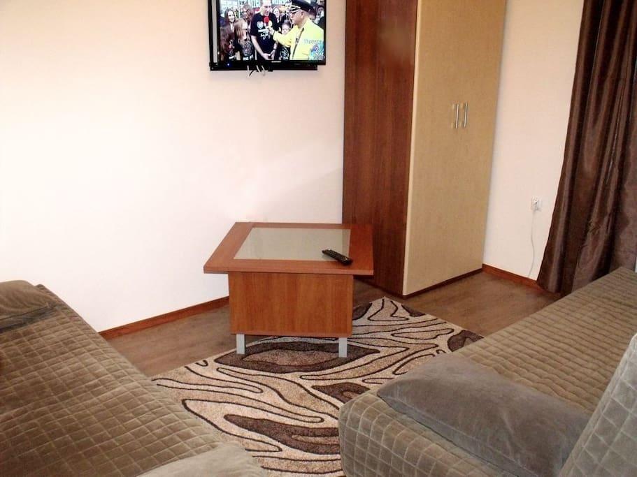 Drugi pokój - 2 łóżka, stolik, szafa, tv.