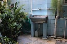 Área aberta para lavagem e secagem de roupa.