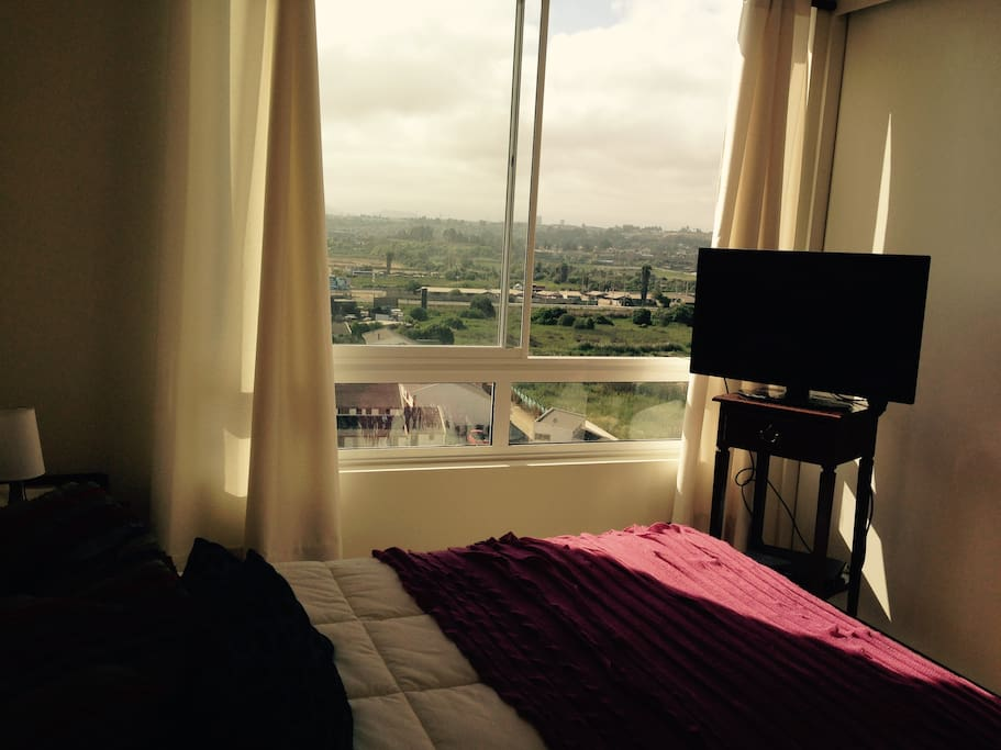 Dormitorio con cama doble, vista al oriente, sol en la mañana, capacidad para dos personas