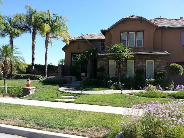 Resort Living Single Family House in Corona - Corona - House