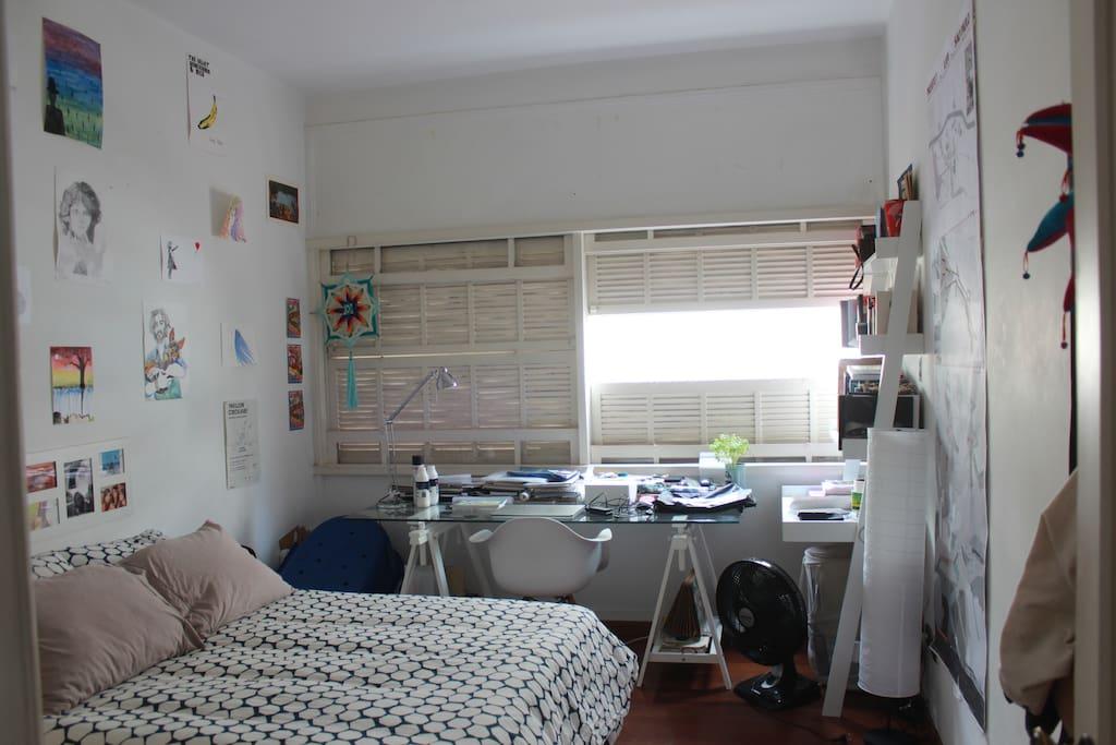 """As janelas chamadas de """"caixilho ideal"""" tem abertura completa e o quarto ganha otima iluminaçao natural."""