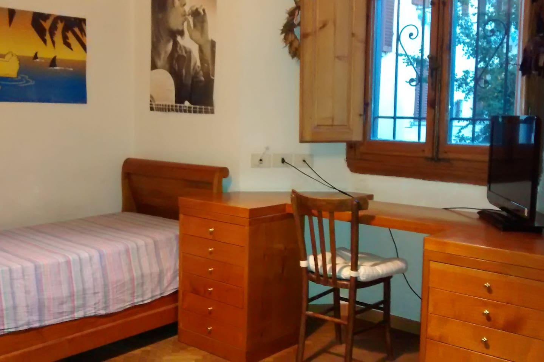 Il letto e la scrivania con 1 delle finestre possibilità di aggiungere secondo letto