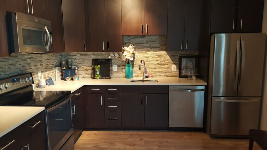 Brand New Apt, less than 1 yr old, 2br 2ba- Modern - Fairfax - Apartment