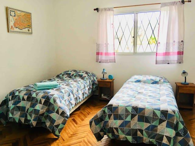 Dormitorio privado en casa céntrica-Tres Cruces