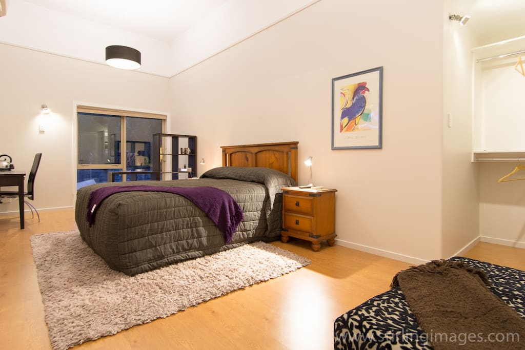 High ceiling, roomy wardrobe