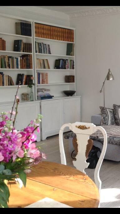 Lys og charme i stuen med originale trægulve og masser af plads
