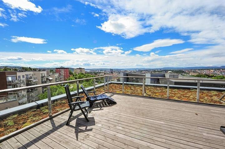 *Spacious, modern apartment w/ balcony!