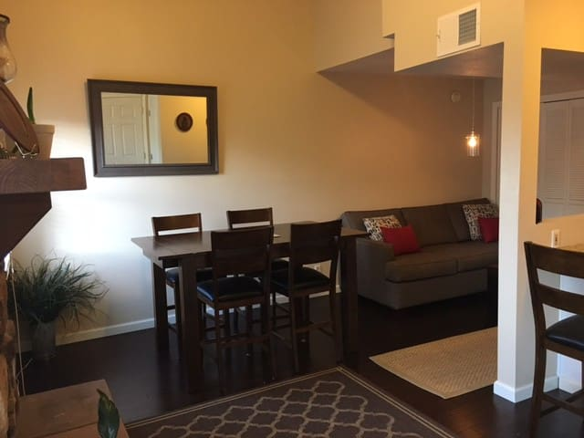 Clean & modern condo 5 min walk to Notre Dame - South Bend - Condominio