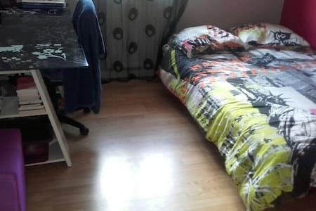 Chambre 2 pers. dans maison de ville - Genas - House
