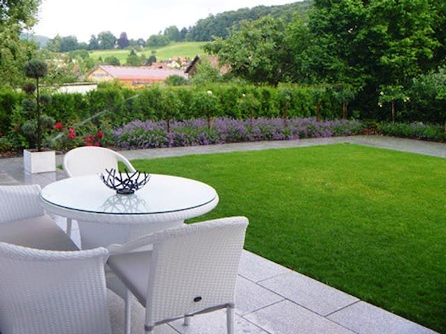 Modern 3 bdr apart + terrace&garden - Pfeffingen - Appartement