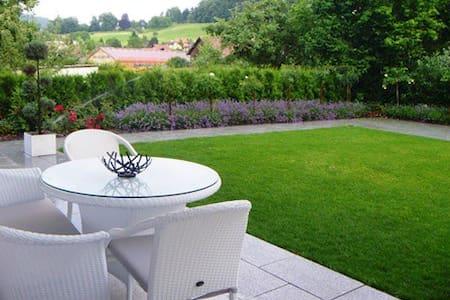 Modern 3 bdr apart + terrace&garden - Pfeffingen - Lejlighed