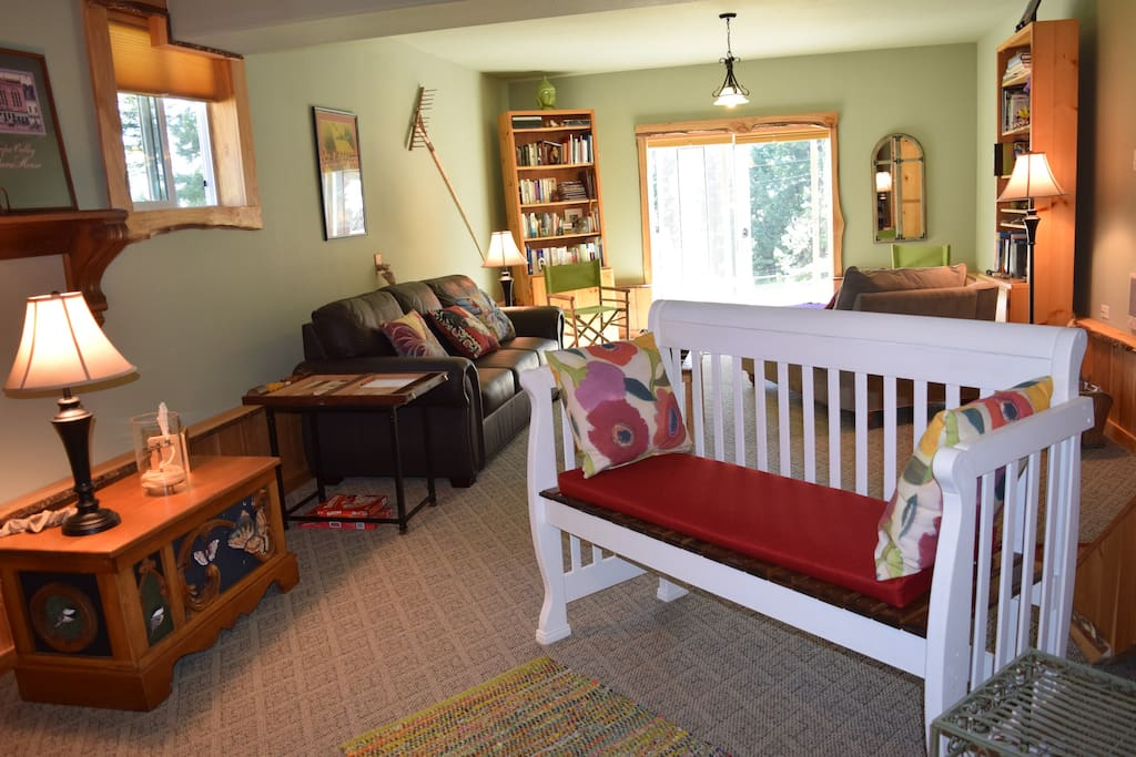 Entire Second Floor Lodging & Private Patio Entrance