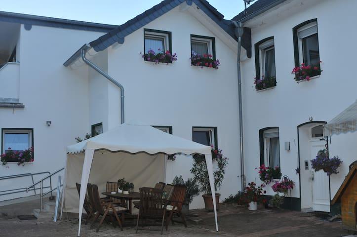 Vor dem Gästehaus