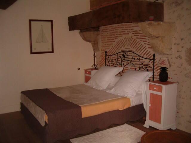La chambre rouge (un lit en 140 et  un berceau)