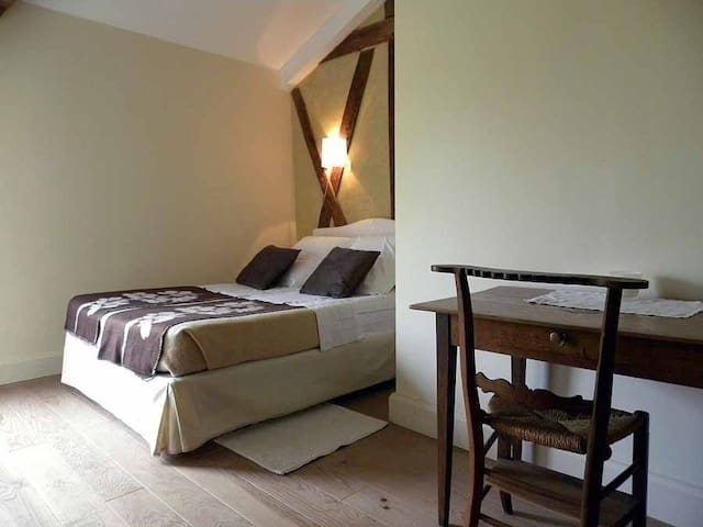 La chambre jaune (un lit en 140 et  un lit en 90)