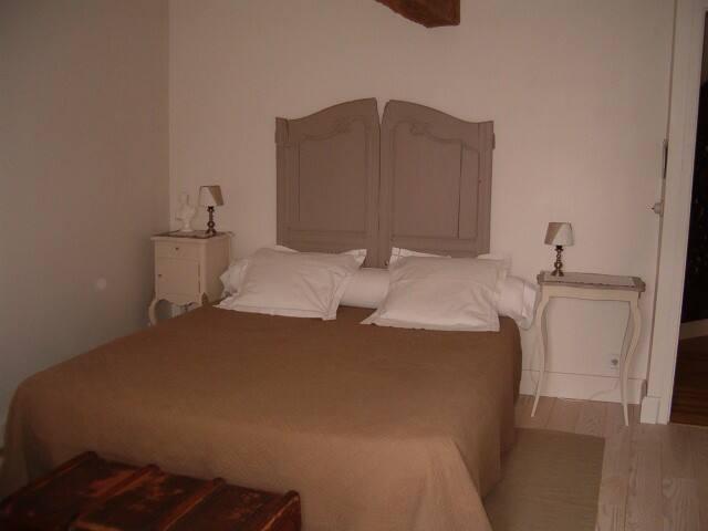 La chambre grise. (un lit en 160 et un lit de bébé)