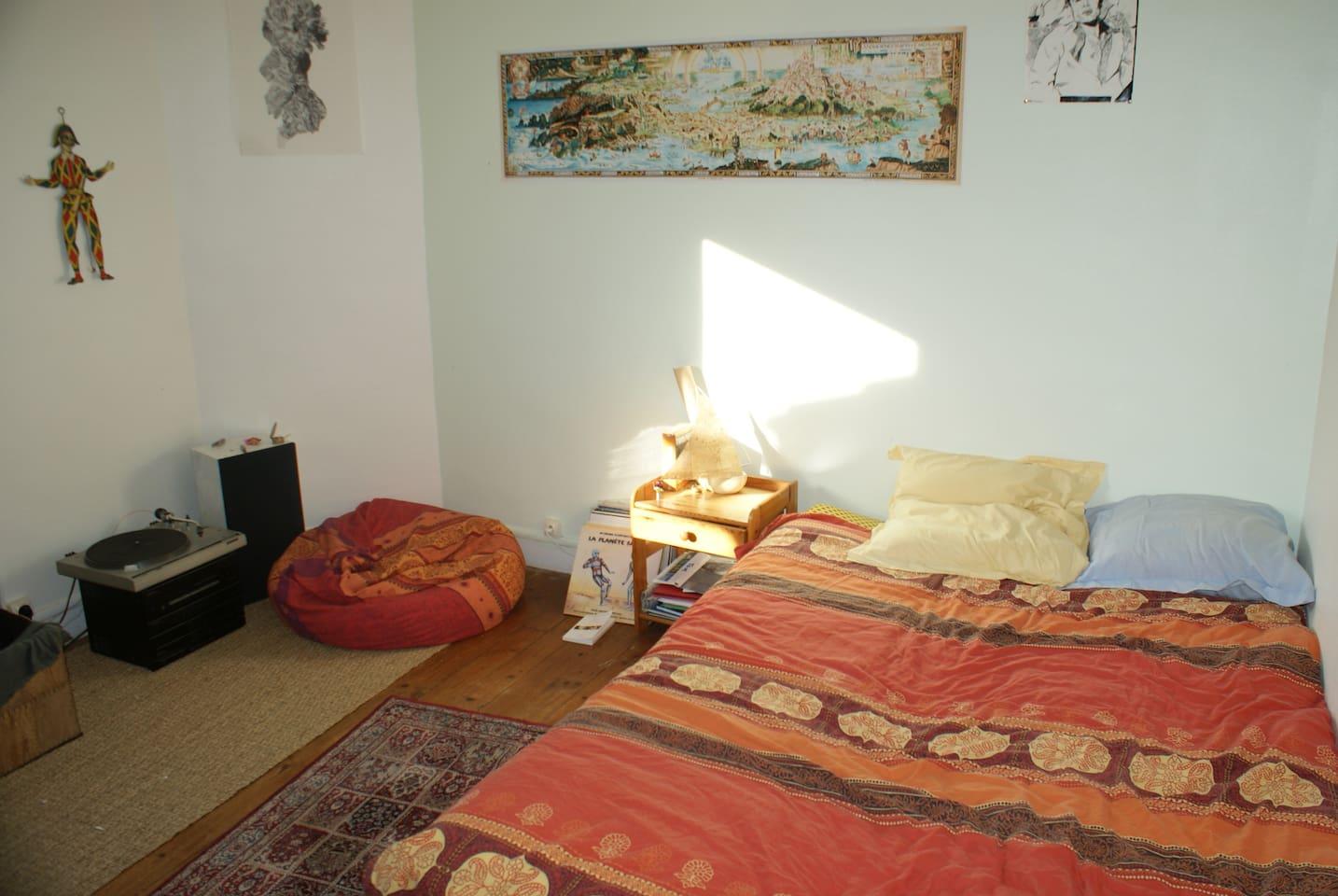 Chambre avec lecteur vinyle à disposition.