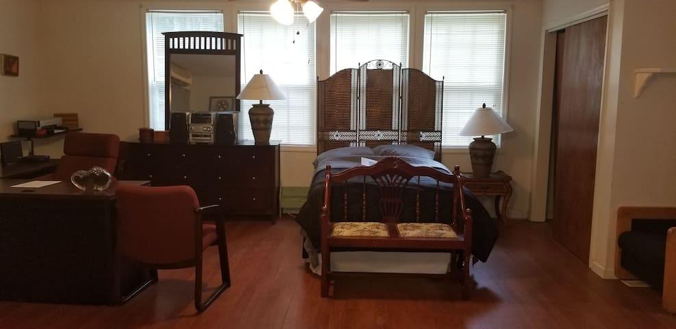 Nice cozy suite near Charleston