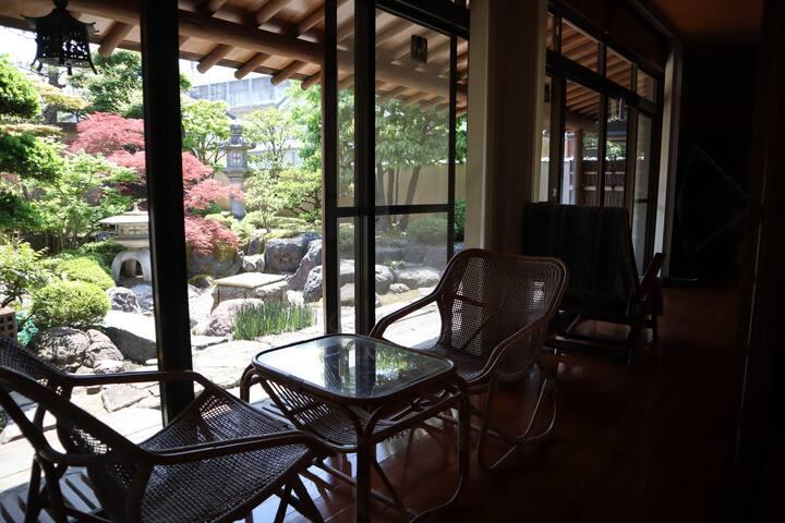 <民泊令和> 広いお庭を眺めながらホッと一息。お抹茶をお楽しみください。家庭菜園でお子様と収穫体験!