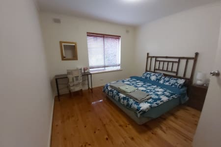 Spacious king size private room in Burnside 5066
