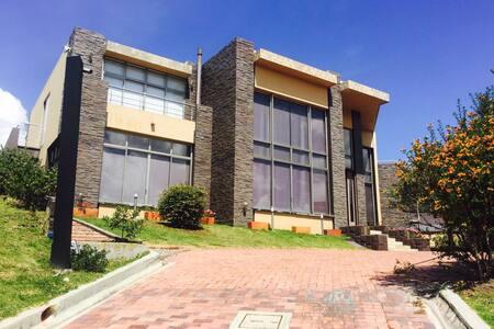 Condominio casa de campo LA CALERA - La Calera - บ้าน