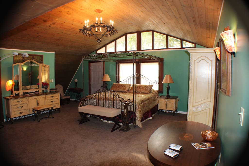 Honeymoon Suite, with King-sized Full Canopy Bed