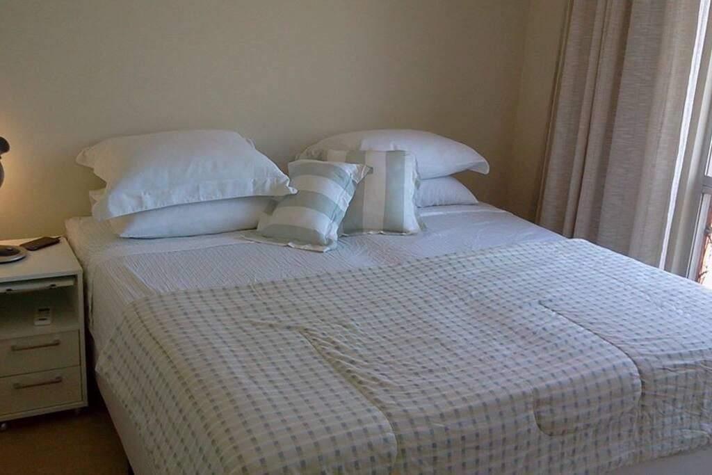qtos amplos com roupa de cama nova, cama box king size (ou duas solteiro), ar condicionado e ventilador de teto!
