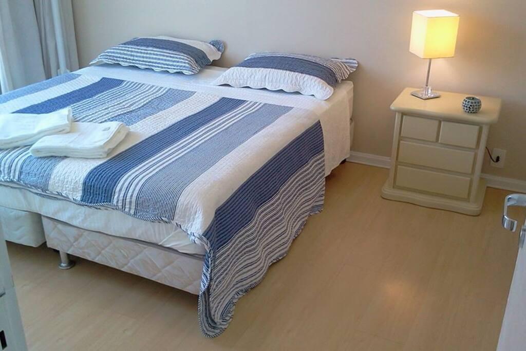 cama box king size (ou duas solteiro), ar condicionado e ventilador de teto