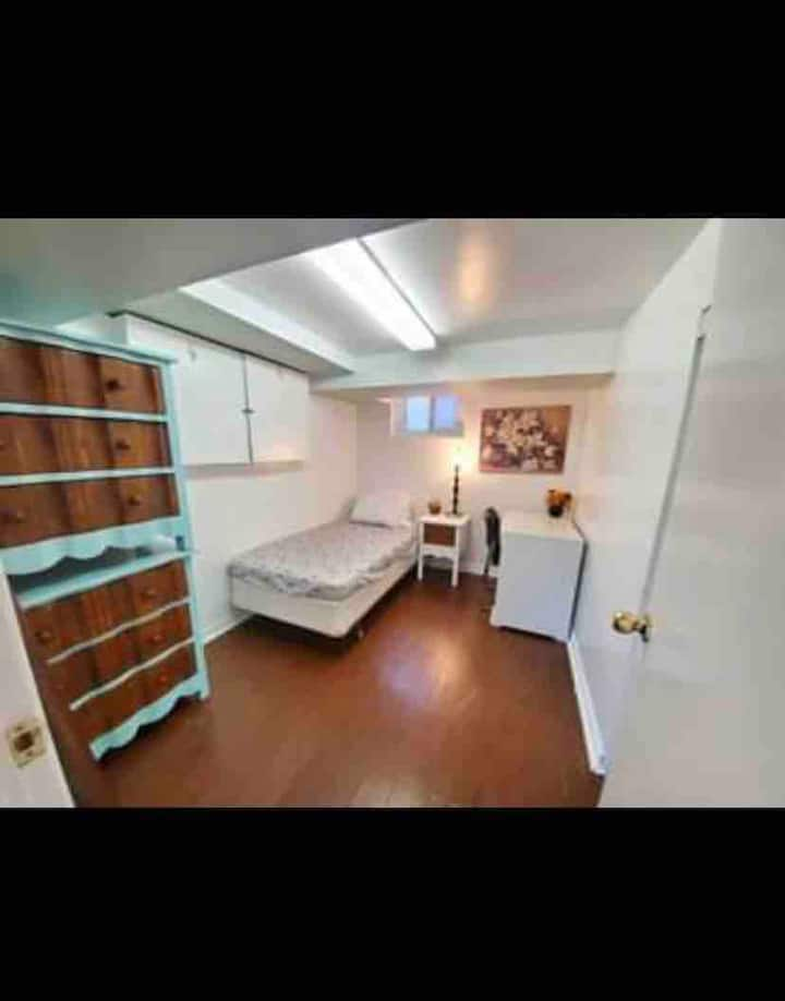 Private Room in Happy House (Close To Subway)