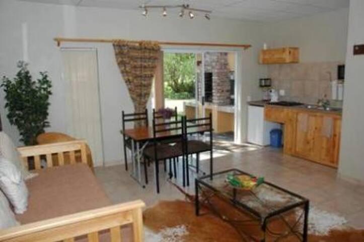 101 Oudtshoorn Holiday Accommodatio - Oudtshoorn - Apartment