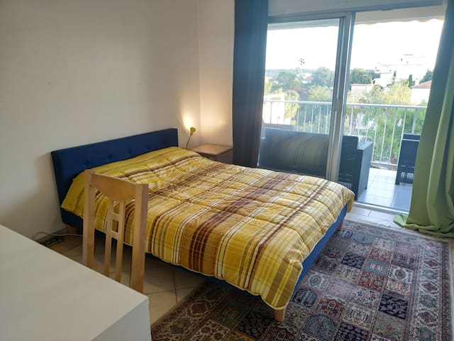Comfortable Private Room with Balcony, Antibes
