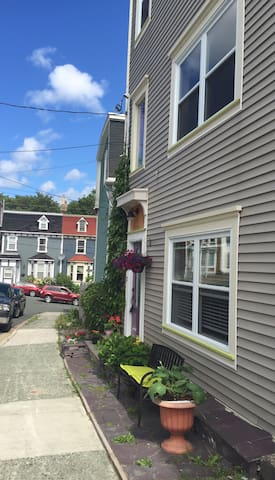 Jellybean row + heart of downtown + baby friendly - St. John's - Apartamento
