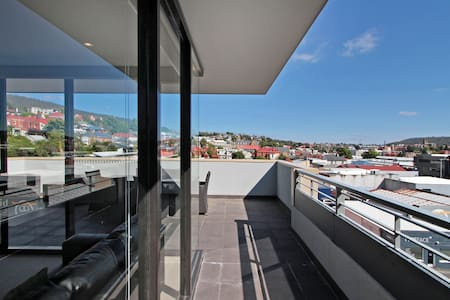 This inner city 2 bedroom penthouse has been recently built and is in immaculate condition. Located in a secure complex with only a 3 minute walk to the City Centre and a short 10 minute walk to Salamanca's bars and restaurants. Parking available.