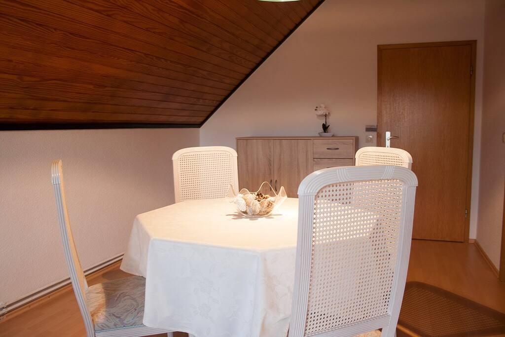 Esszimmer mit Tisch und 4 Stühle