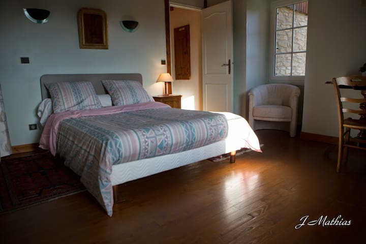 grande chambre privée au calme - Saint-Lattier - Bed & Breakfast