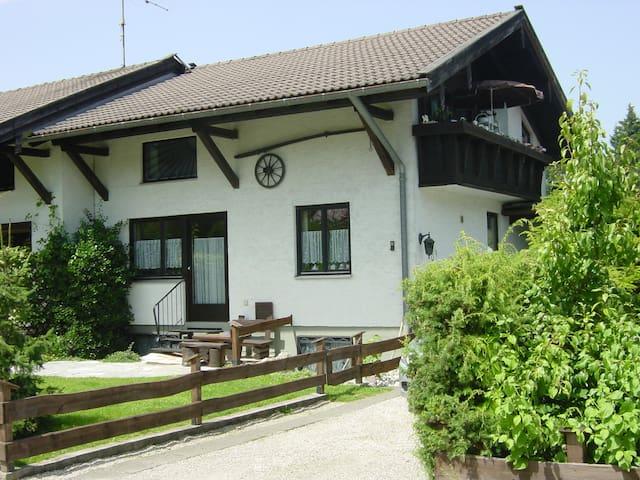 Ruhige Wohnung am Chiemsee im Ort - Übersee - อพาร์ทเมนท์