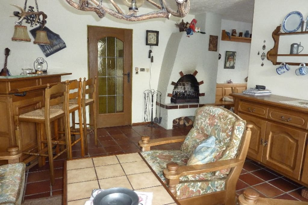 Wohnzimme mit Bar und Kamin