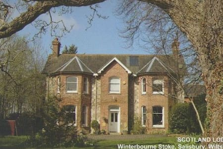 Stonehenge B&B double bed (+ single & sofa beds) - Winterbourne Stoke - 家庭式旅館