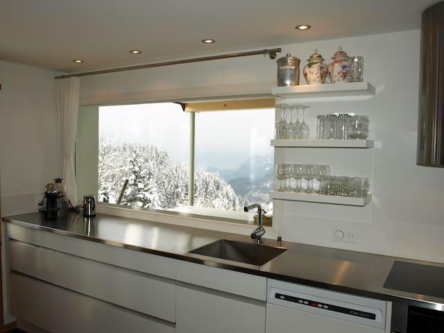 Küche mit Aussicht auf den Brienzersee