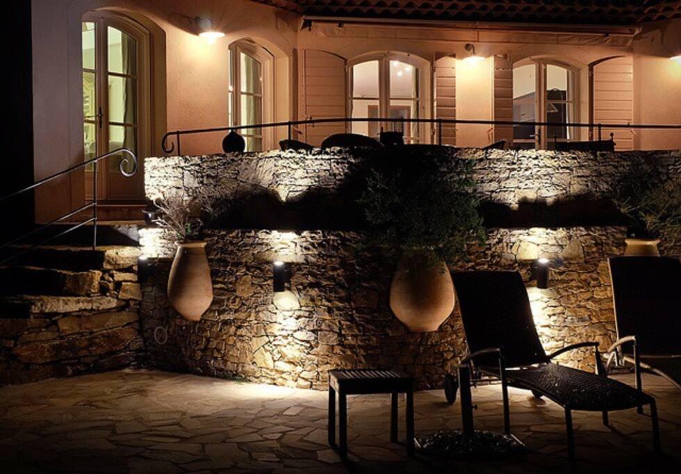 le soir, l'illumination du mur de la terarasse jouxtant la piscine