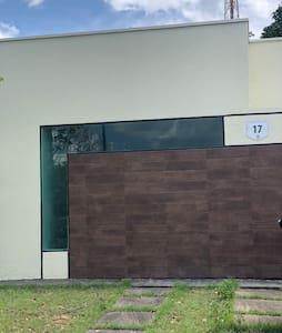 Casa de 70m2 com 3 quartos, sendo 1 suíte.