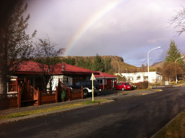 Beautiful and cozy small town with amazing nature. - Hveragerði - Huis